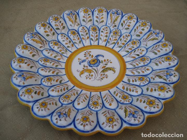 PLATO ANTIGUO GALLONADO EN CERAMICA DE RUIZ DE LUNA - TALAVERA ( TOLEDO ) (Antigüedades - Porcelanas y Cerámicas - Talavera)