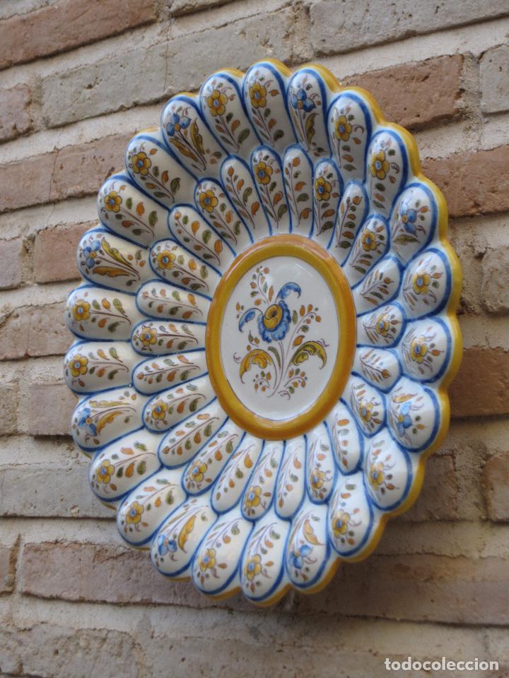 Antigüedades: PLATO ANTIGUO GALLONADO EN CERAMICA DE RUIZ DE LUNA - TALAVERA ( TOLEDO ) - Foto 6 - 124632624