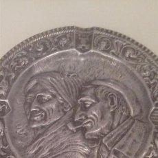 Antigüedades: ANTIGUO PLATO BANDEJA DECORATIVA FOLKLORE VASCO PAREJA ALDEANOS VASCOS AITITE AMAMA METAL PAIS VASCO. Lote 97170227