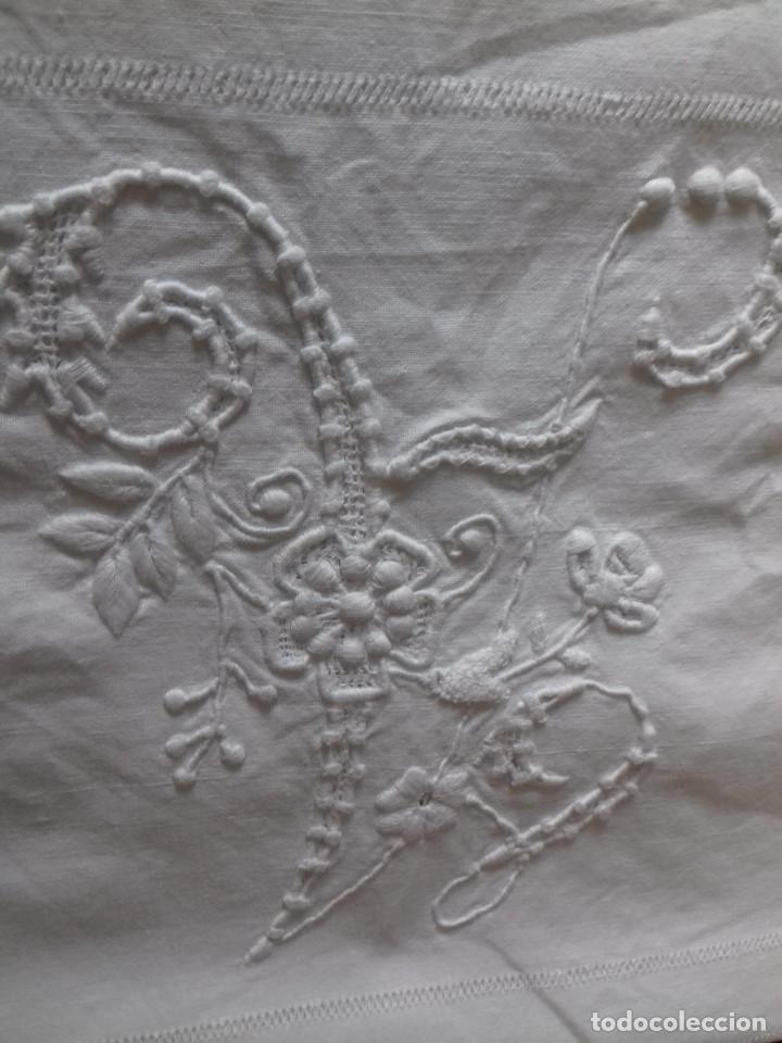 Antigüedades: ANTIGUA SABANA CON INICIALES BORDADAS A MANO Y VAINICA. CON DEFECTO. - Foto 3 - 97200515