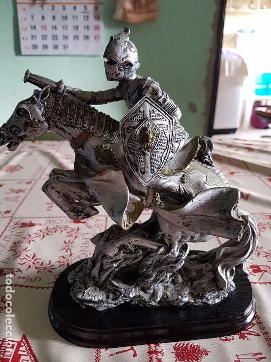 Antigüedades: Figura de resina caballero a caballo con su armadura - Foto 4 - 97212391