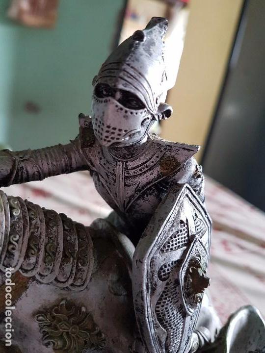 Antigüedades: Figura de resina caballero a caballo con su armadura - Foto 6 - 97212391