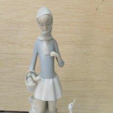Antigüedades: FIGURA DE LLADRÓ - NIÑA CON PATOS. Lote 97225135