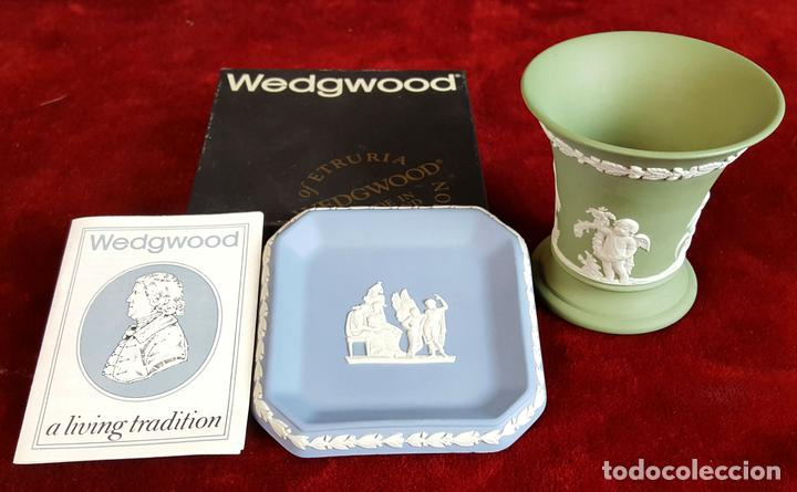 BANDEJA Y FLORERO EN PORCELANA AZUL. WEDGWOOD. INGLATERRA. CIRCA 1970. (Antigüedades - Porcelanas y Cerámicas - Inglesa, Bristol y Otros)
