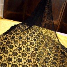 Antigüedades: MANTILLA ANTIGUA O CHAL DE ENCAJE DE BLONDA 200X 100 CM. Lote 97254243