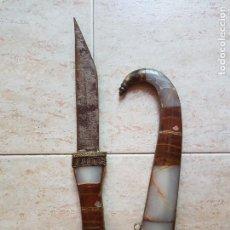 Antigüedades: ENORME PUÑAL ANTIGUO ORIENTAL EN BRONCE Y MARMOL TALLADO DE VARIAS TONALIDADES.. Lote 97356791
