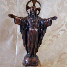 Antigüedades: EXTRAORDINARIA IMAGEN DEL SAGRADO CORAZÓN DE JESÚS, EN COBRE VIEJO, AUREOLA DE LATÓN, PPIOS XX. Lote 97365347