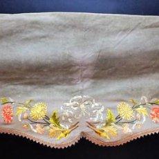 Antigüedades: CORTINA. BAMBALINA. TEJIDO DE LANA CON BORDADOS A MANO EN ALGODÓN. ESPAÑA. CIRCA 1850. Lote 97378411