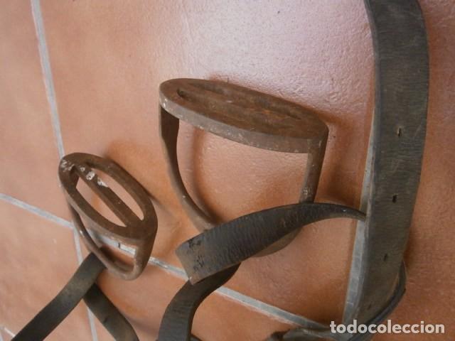 Antigüedades: ANTIGUOS ESTRIBOS HIERRO CON CORREAJES DE LA EPOCA - Foto 3 - 97402059