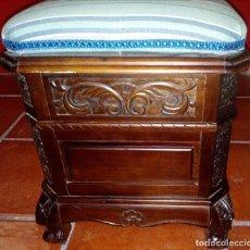 Antigüedades: BAÚL - ARCÓN DE MADERA GRABADO - TAPIZADO PARTE SUPERIOR. Lote 97506463