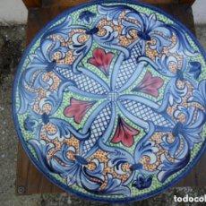 Antigüedades: PLATO DE CERÁMICA CON MOTIVOS FLORALES - PINTADO A MANO. Lote 97509731