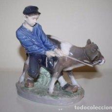 Antigüedades: FIGURA DE PORCELANA ROYAL COPENHAGEN - CHICO CON VACA. Lote 97526507