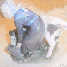 Antigüedades: FIGURA DE PORCELANA LECHERA CON VACA ROYAL COPENHAGEN DENMARK. Lote 97528171
