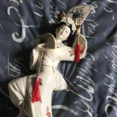 Antigüedades: ANTIGUA FIGURA PORCELANA CHINA JAPONESA ABANICOS. Lote 97583911