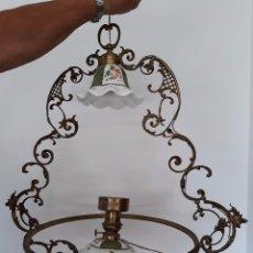 Antigüedades: BONITA LAMPARA QUINQUE METAL Y OPALINA. Lote 97596487