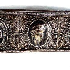 Antigüedades: CAJA DE PLATA, TRABAJO EN FILIGRANA CON ADORNOS CHARROS Y 2 BUSTOS MASCULINOS 485GR 16 X 11 X 5,8 CM. Lote 97605275