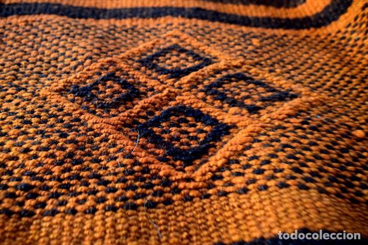 Antigüedades: Manta antigua telar manual peso 2,650 kg Bellos colores y adornos trabajados con relieves - Foto 2 - 97648047