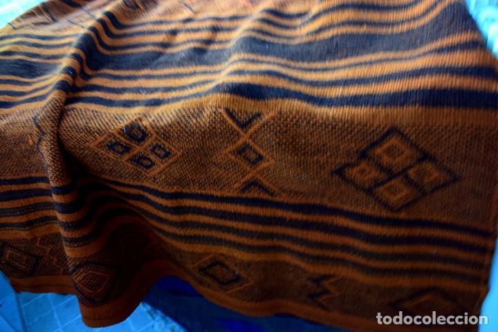 Antigüedades: Manta antigua telar manual peso 2,650 kg Bellos colores y adornos trabajados con relieves - Foto 3 - 97648047