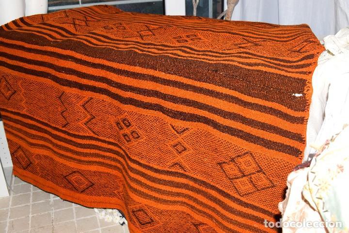 Antigüedades: Manta antigua telar manual peso 2,650 kg Bellos colores y adornos trabajados con relieves - Foto 5 - 97648047