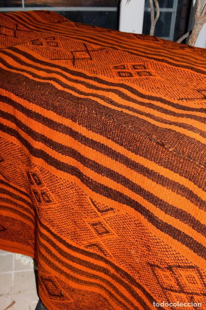 Antigüedades: Manta antigua telar manual peso 2,650 kg Bellos colores y adornos trabajados con relieves - Foto 6 - 97648047
