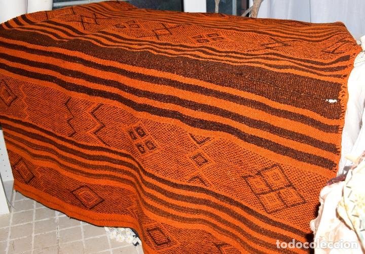 Antigüedades: Manta antigua telar manual peso 2,650 kg Bellos colores y adornos trabajados con relieves - Foto 8 - 97648047