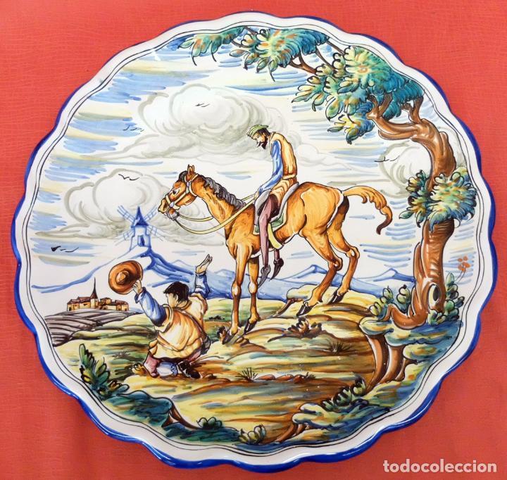 GRAN PLATO EN CERAMICA DE TALAVERA (MOVERMA) CON ESCENA DEL QUIJOTE (Antigüedades - Porcelanas y Cerámicas - Talavera)