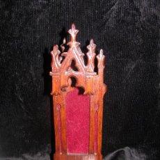 Antigüedades: PEQUEÑA CAPILLA DE MADERA M: 33 X 11 CM. CAVIDAD PARA UNA VIRGEN 21 CM.DE ALTO. Lote 97718807