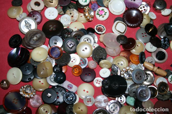 Antigüedades: LOTE BOTONES VARIADOS, MODELOS DESDE LOS AÑOS 60 A LA ACTUALIDAD - TODOS LOS DE LA IMAGEN - Foto 4 - 97721755
