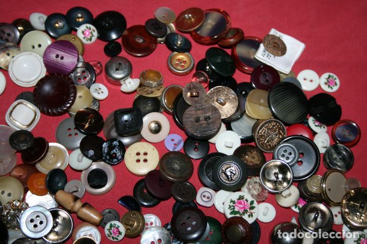 Antigüedades: LOTE BOTONES VARIADOS, MODELOS DESDE LOS AÑOS 60 A LA ACTUALIDAD - TODOS LOS DE LA IMAGEN - Foto 6 - 97721755