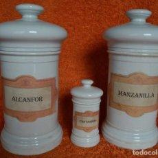 Antigüedades: TARROS ANTIGUOS DE FARMACIA DE PORCELANA CON ETIQUETAS DE LOS CONTENIDOS . Lote 97773679