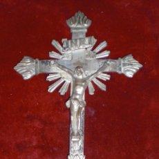 Antigüedades: ANTIGUO GRAN CRUCIFIJO DE MESA LATON PLATEADO. Lote 97810447