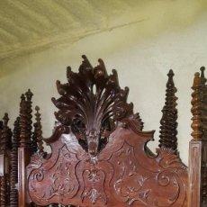 Antigüedades: LLAMATIVA CAMA CON IMPRESIONANTE COPETE EN PERFECTO ESTADO. Lote 97827154