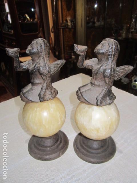 ORIGINAL PAREJA DE SUJETALIBROS, EN HIERRO FORJADO Y MÁRMOL. 21 CMS. ALTURA X 8 CMS. DIÁMETRO BASE. (Antigüedades - Hogar y Decoración - Otros)