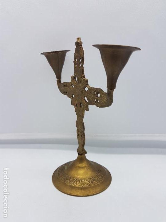 Antigüedades: Antiguo candelabro de latón de estilo renacentista con motivos en relieve. - Foto 4 - 97960407