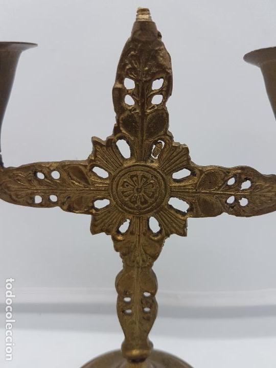 Antigüedades: Antiguo candelabro de latón de estilo renacentista con motivos en relieve. - Foto 6 - 97960407