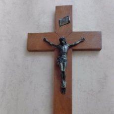 Antigüedades: CRUCIFIJO, CRUZ, CRISTO, JESUCRISTO - MADERA Y LATON - 45 X 25 CM. . Lote 97972423