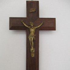 Antigüedades: ANTIGUO CRUCIFIJO - CRISTO A LA CRUZ - MADERA DE JACARANDÁ - METAL DORADO - 11 CM X 20 CM. Lote 97985091