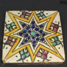 Antigüedades: PRECIOSO Y ANTIGUO AZULEJO MARROQUI DE BARRO COCIDO DE LOS AÑOS 30 CON DECORACION GEOMETRICA. Lote 97993051