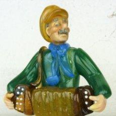 Antigüedades: FIGURA ACORDEONISTA EN CRISTAL DE BOHEMIA - CHECOSLOVAQUIA (TIPO MURANO). Lote 98083031