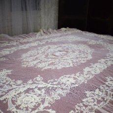 Antigüedades: ESPECTACULAR ANTIGUA COLCHA ENCAJE DE TUL BORDADA. Lote 98094527