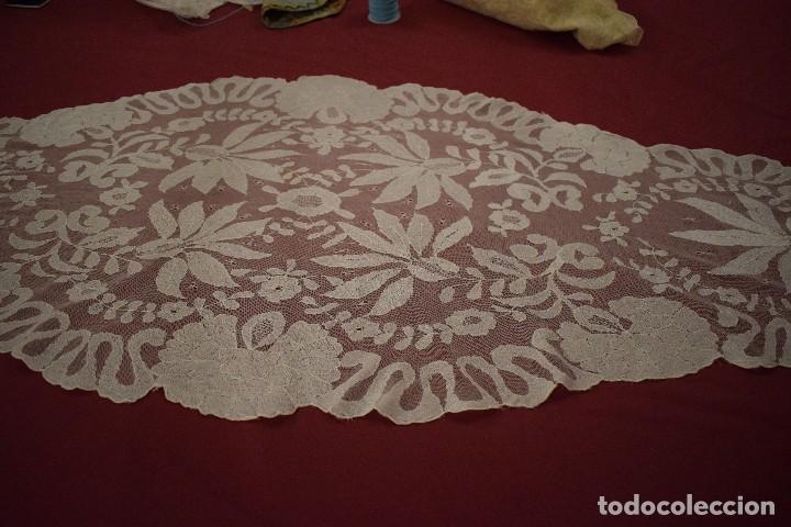 Antigüedades: Mantilla Blanca ovaladadengue, peinador hecha a mano 165x55 cm - Foto 3 - 98094647