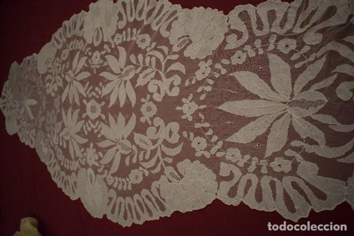 Antigüedades: Mantilla Blanca ovaladadengue, peinador hecha a mano 165x55 cm - Foto 7 - 98094647