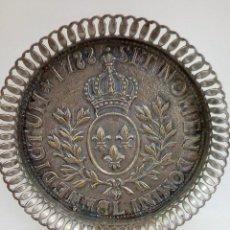 Antigüedades: JUEGO DE SOPORTES PARA VASOS MÁS BANDEJA EN BRONCE BAÑADO A PLATA. Lote 98130727