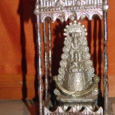 Antigüedades: PASO MINIATURA EN ORFEBRERÍA VIRGEN DEL ROCIO EN METAL CON BAÑO AÑOS 50/60 EN CALAMINA ANTIGUA. Lote 98142679