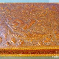 Antigüedades: ANTIGUA CAJA DE TABACO Y EN CUERO REPUJADO Y MADERA. BUEN ESTADO DE CONSERVACIÓN. PRINCIPIOS S. XX.. Lote 98208931