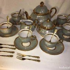 Antigüedades: ANTIGUO JUEGO COMPLETO CAFE O TE EN PORCELANA DETALLES ORO ORIGINAL DISEÑO Y CALIDAD SELLADO EN BASE. Lote 98226623