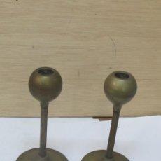 Antigüedades: 2 PORTAVELAS DE BRONCE ANTIGUOS (15 CM.). Lote 98229903