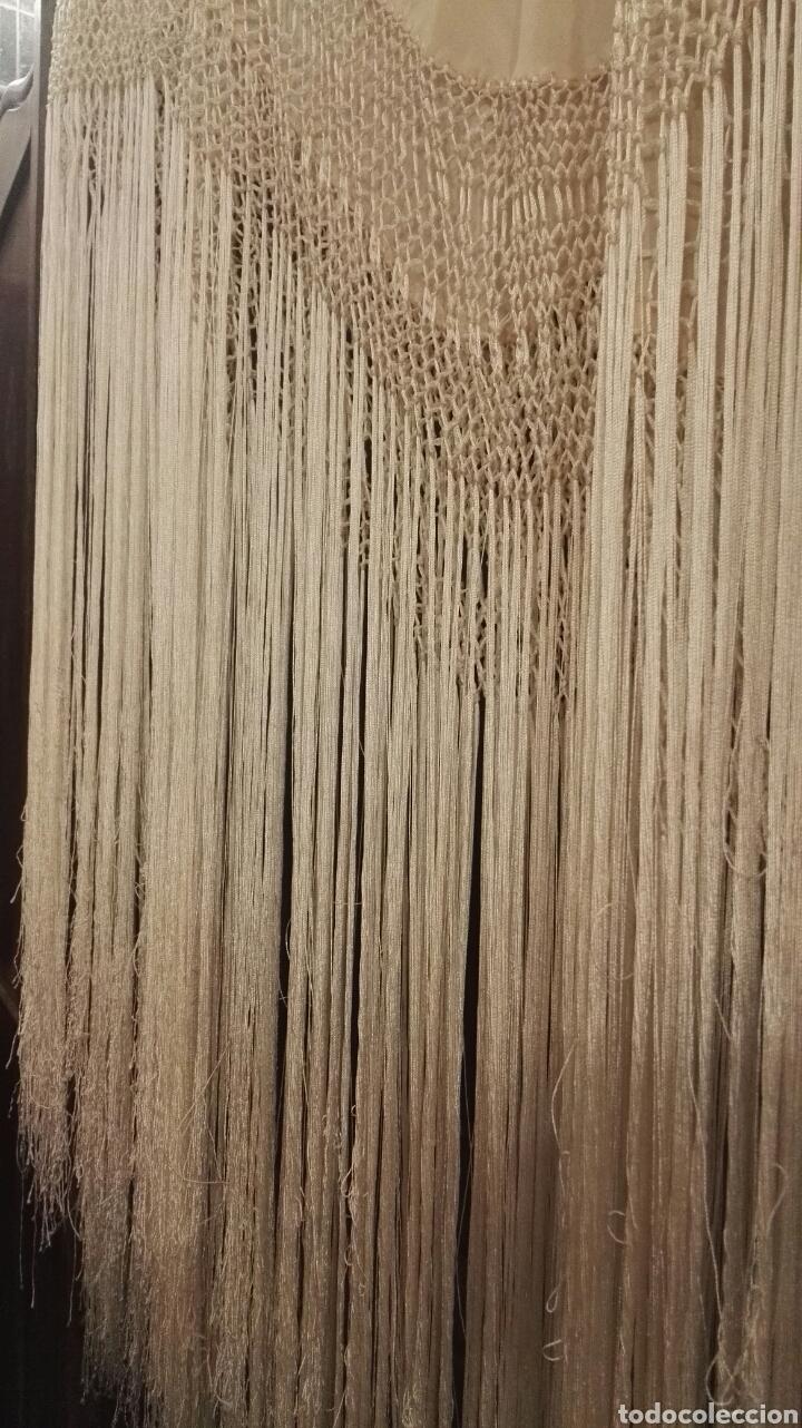 Antigüedades: Manton de Manila en tono marfil con bordados en color vainilla. Seda bordada a mano. - Foto 13 - 97127374