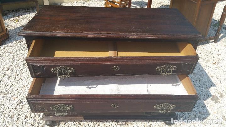 Antigüedades: Antigua comoda de madera de castaño.con tiradores de bronce.tallada. - Foto 4 - 98389451