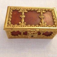 Antigüedades: COFRE DE BRONCE DORADO Y PIEL SIGLO XX. Lote 97907575
